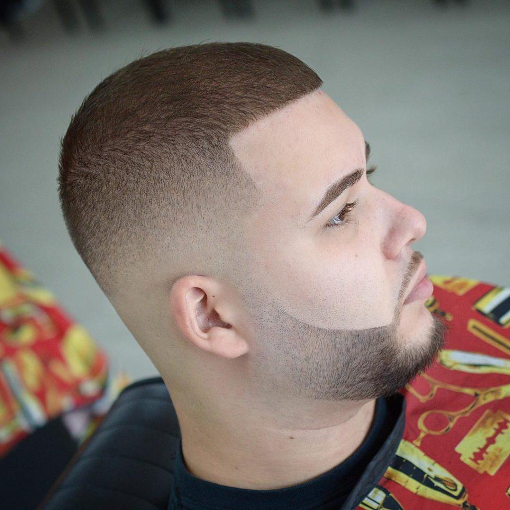 Corte de pelo bien corto con barba