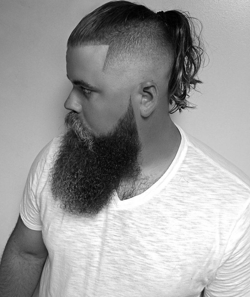 Estilo de peinado y corte depelo para hombre con barba