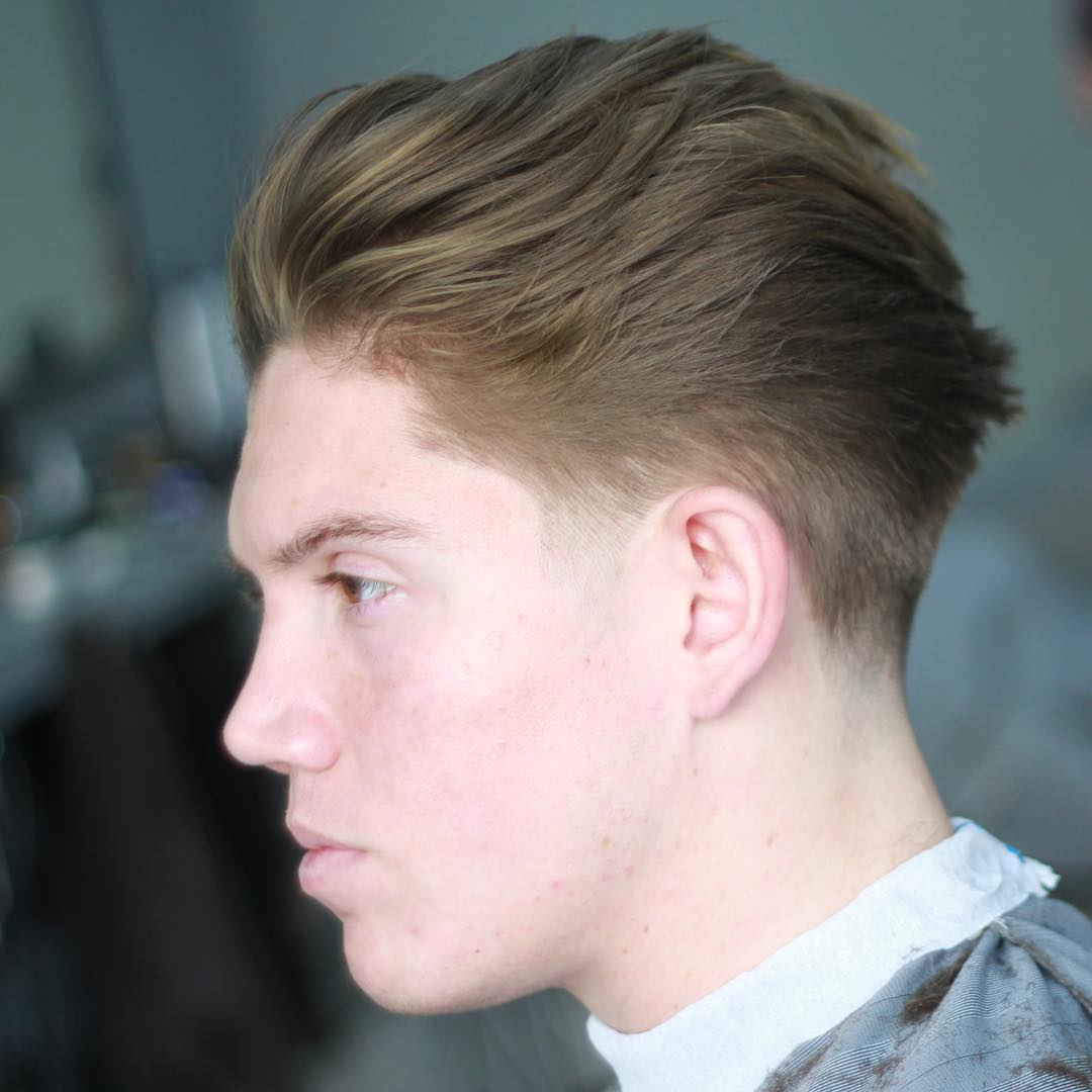 Corte de pelo con peinado hacia atras