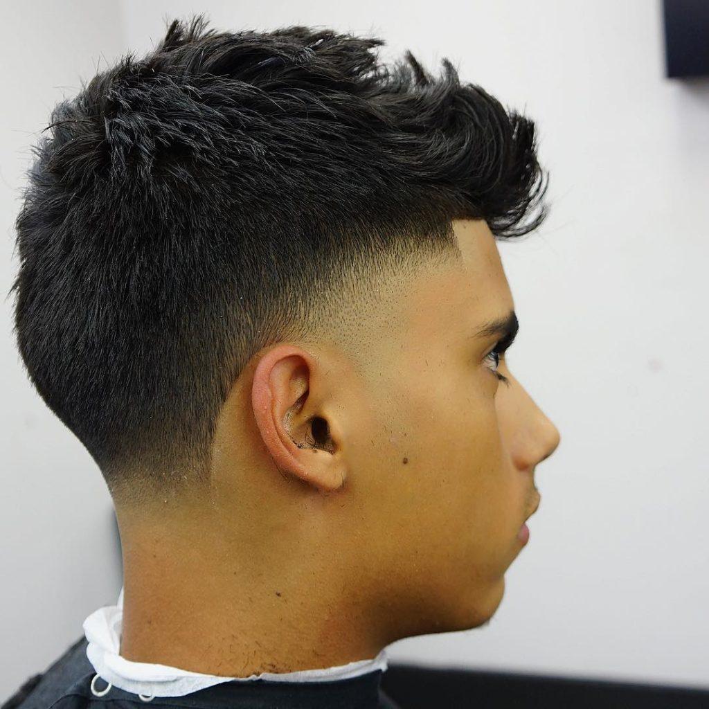 Corte de pelo con recortes y melena alante.