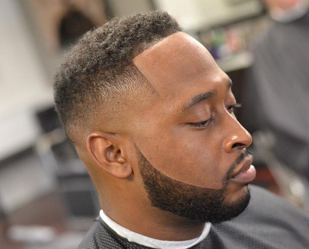 Recorte de pelo corto con barba para hombre negro