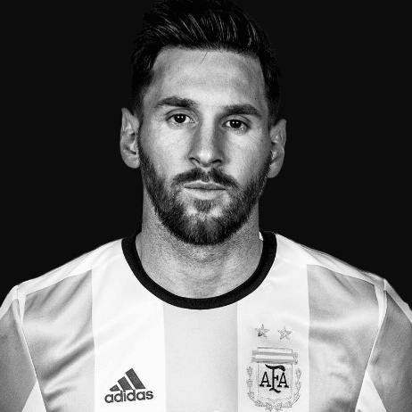 Foto leo messi con barba blanco y negro argentina