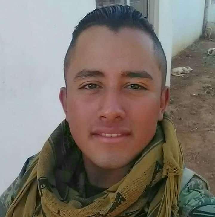 Mexicano con corte de pelo estilo militar