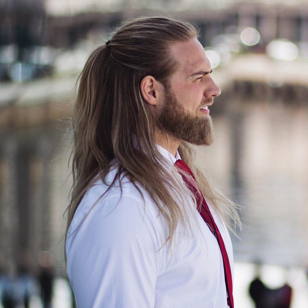 joven con pelo largo