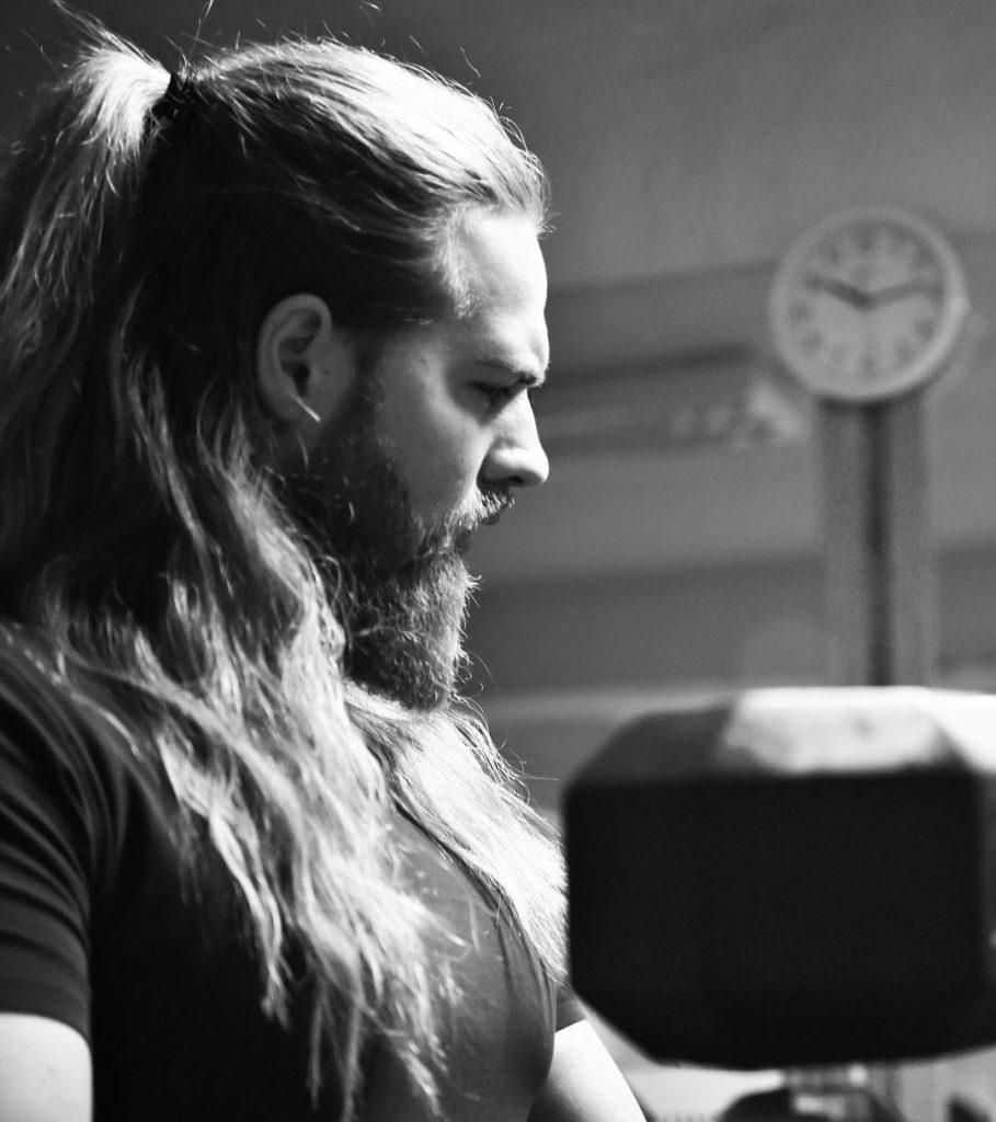 corte moderno para hombre joven con pelo largo y barba