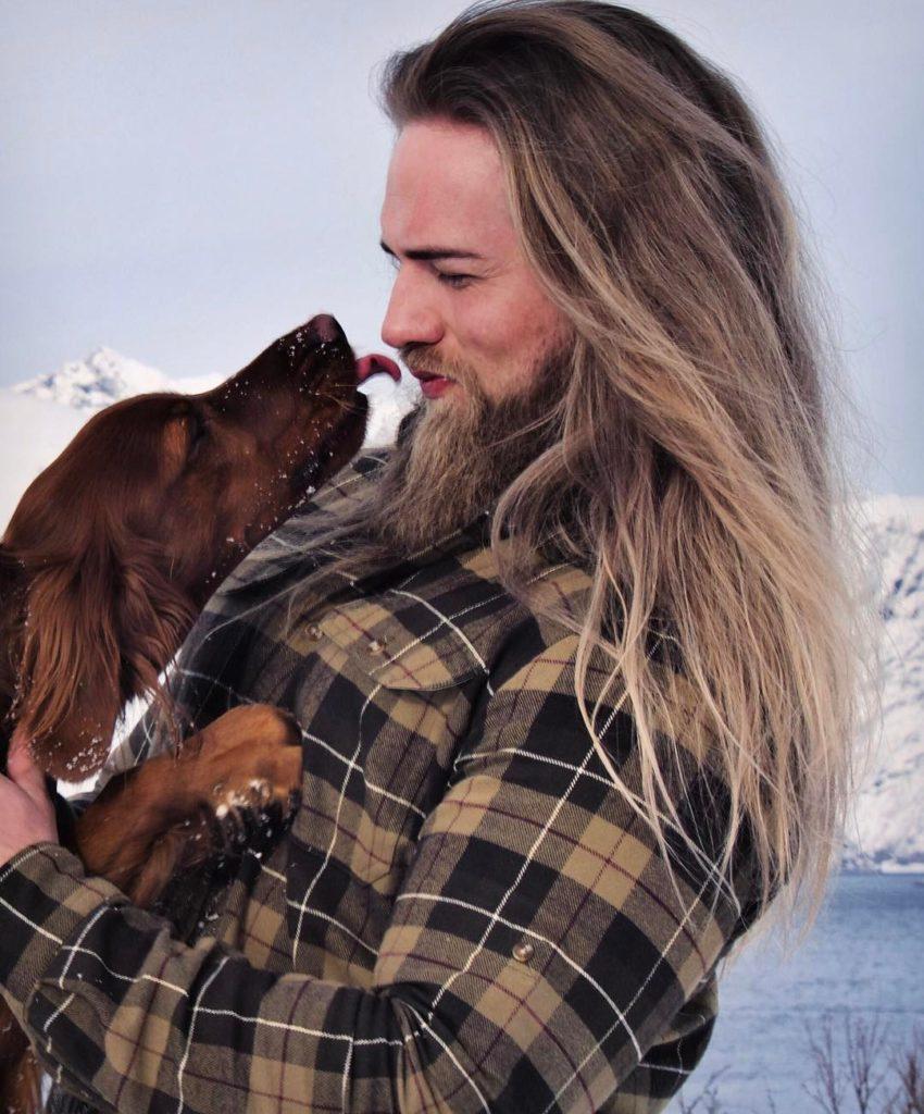 estilo de cabello largo suelto en hombre joven con barba