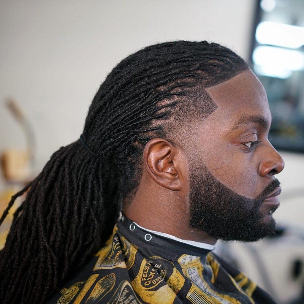 Barba con dreadlocks largos en hombre negro