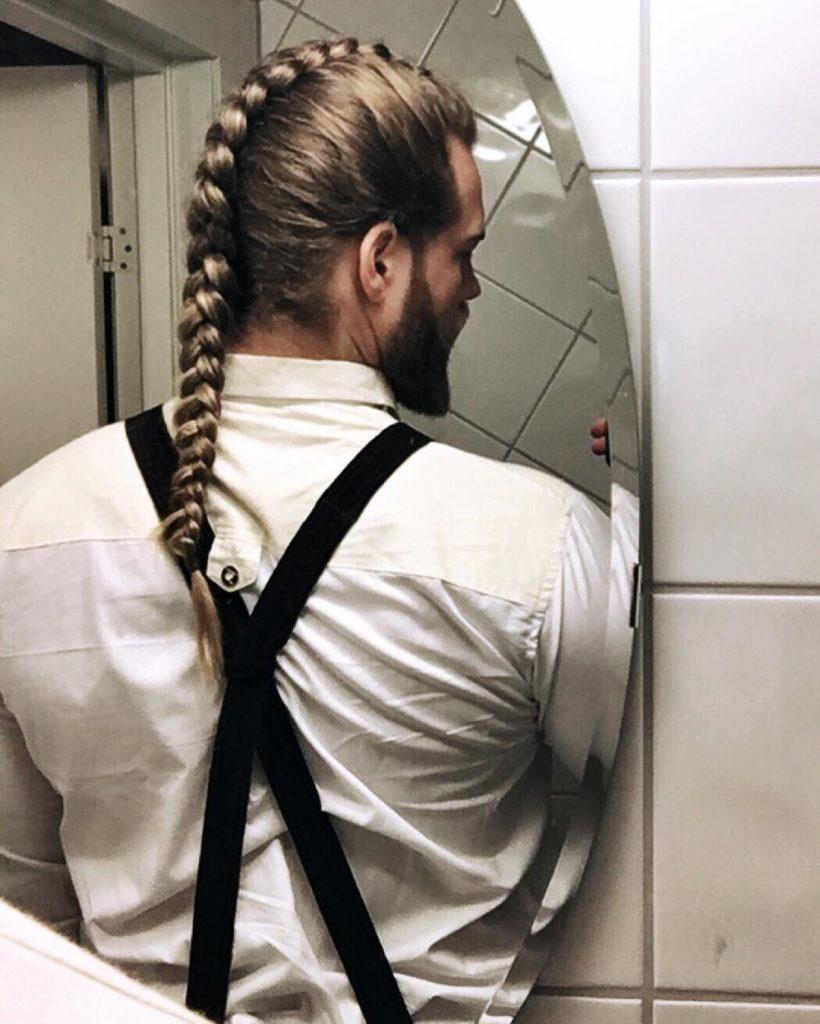 Hombre con trenza en el pelo