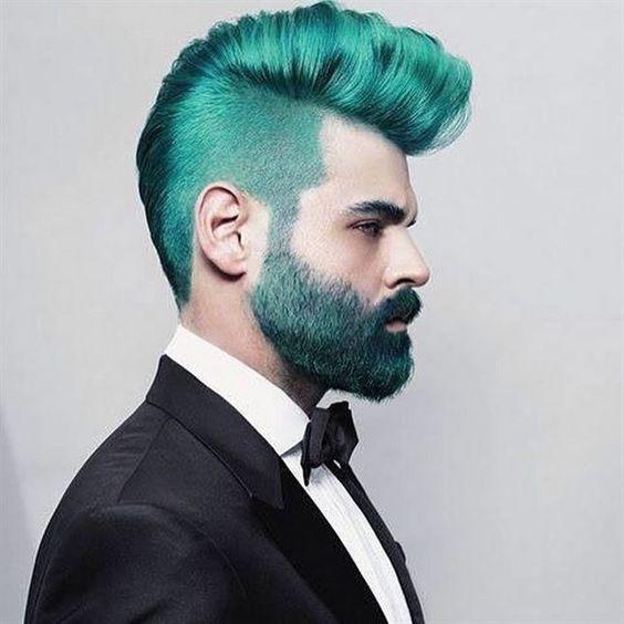 Hombre de pelo color verde con barba verde