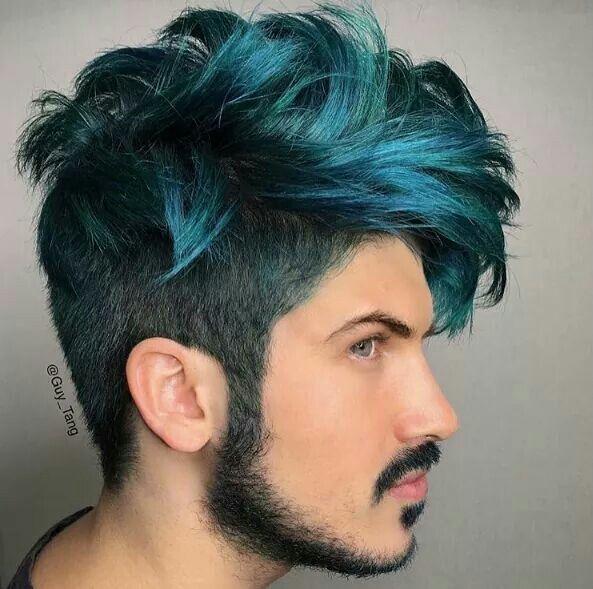 modelo masculino con pelo color azul oscuro