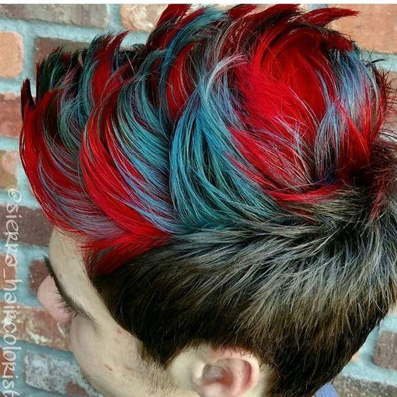 Cabello de hombre con varios colores azul rojo y morado