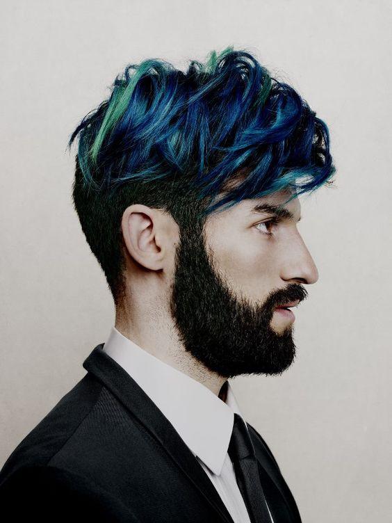 Hombre con barba y pelo azul