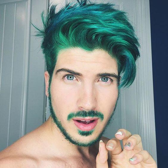 Hombre con pelo de color verde y barba
