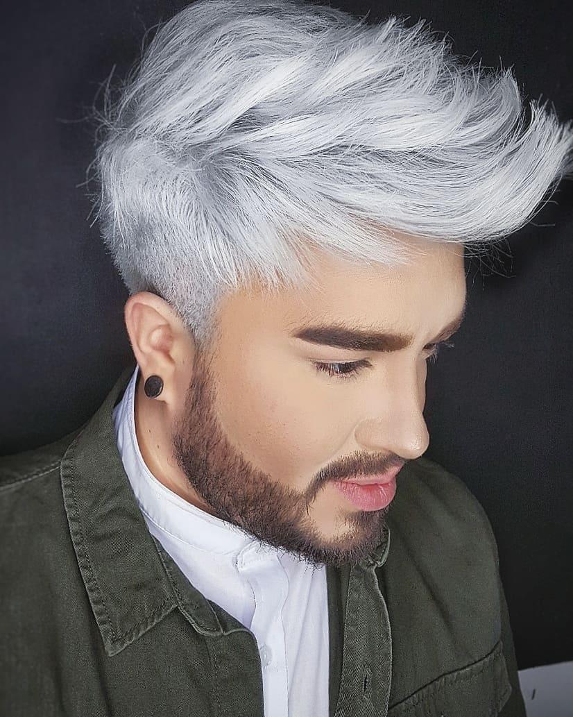 Hombre con pelo de color blanco cenizo