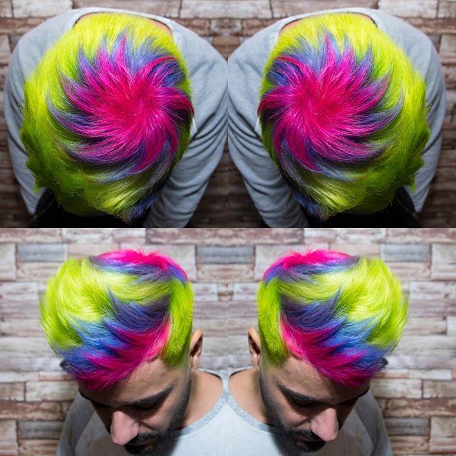 hombre con tinte en el pelo arcoiris de colores en pelo de hombre