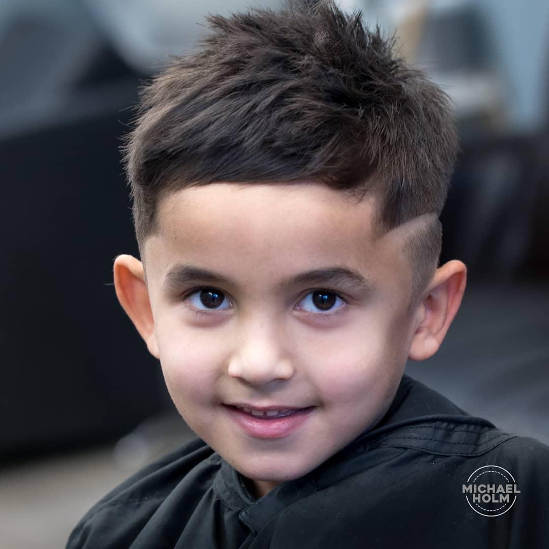 moderno pelado en un niño con diseño a los laterales
