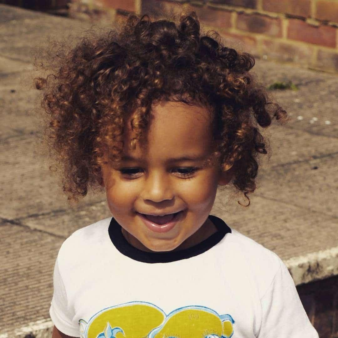 niño con pelo rizado