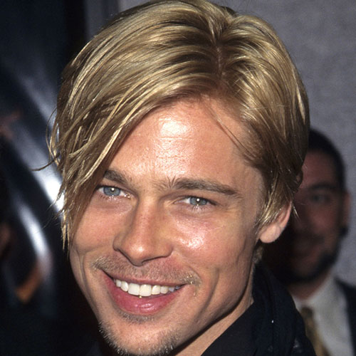 Brad Pitt con pelo largo pinado hacia un lado