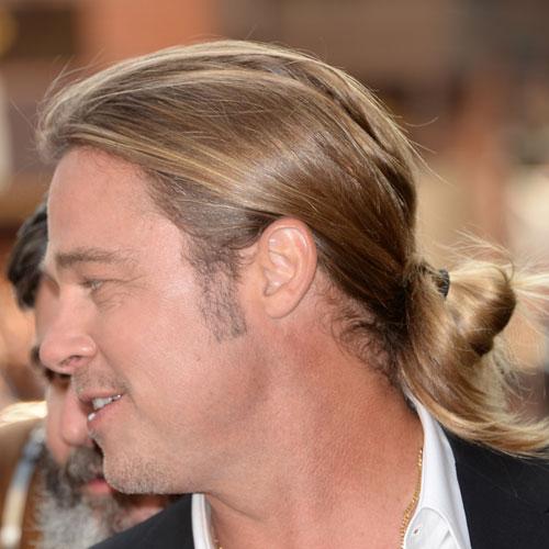 Brad Pitt con pelo largo rubio hacia atras