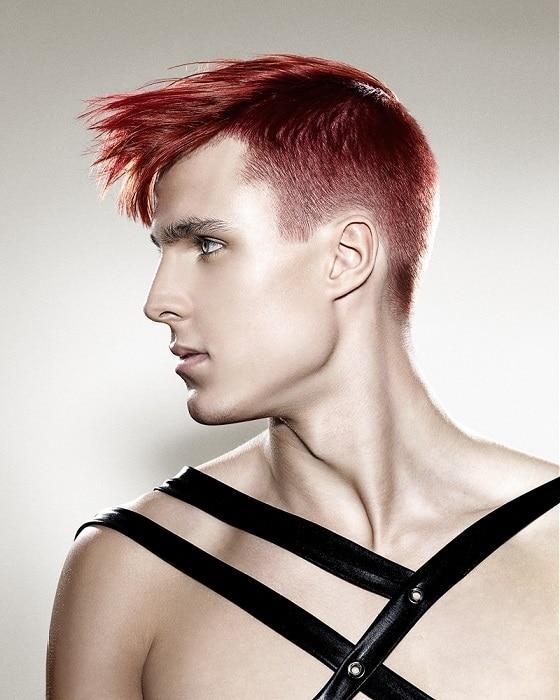 Corte de pelo rockero de color rojo y rebajado a los lados