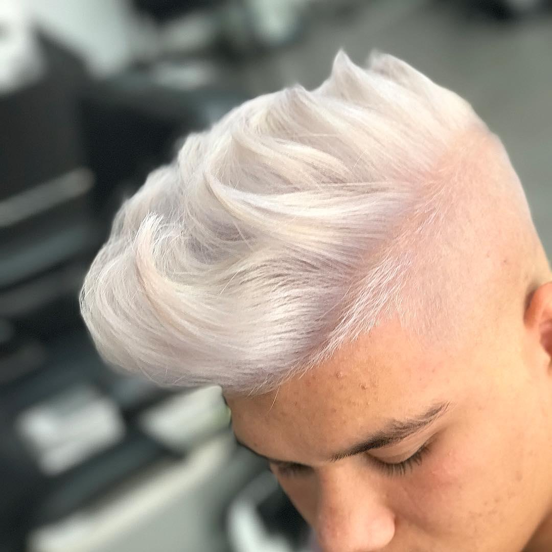 hombre con el pelo pintado de blanco cenizo