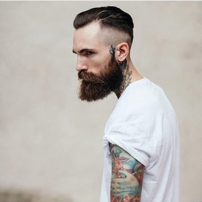 Hombre con tatuaje y barba hipster