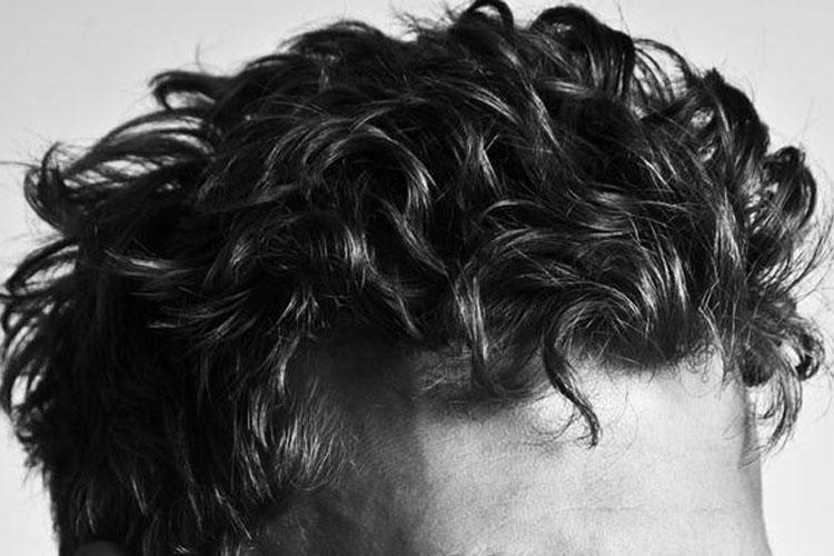 Peinados para hombres con pelo largo rizado