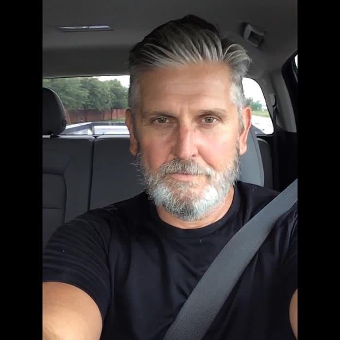 barba-corta-blanca-en-hombre-mayor