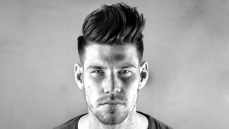 corte de cabello moderno estilo mohicano en hombre joven