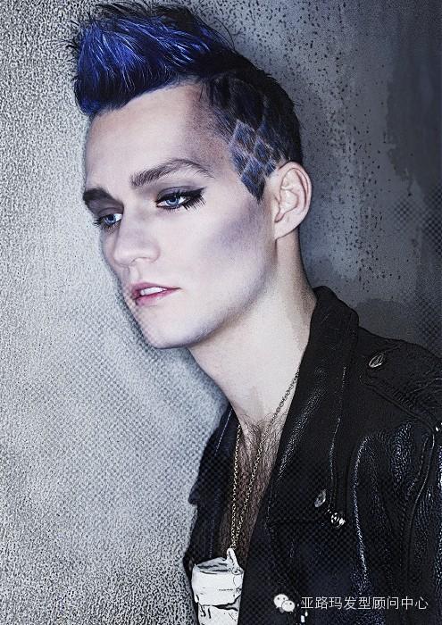 corte de pelo con peinado cresta rockeros o punk en hombre joven de color azul