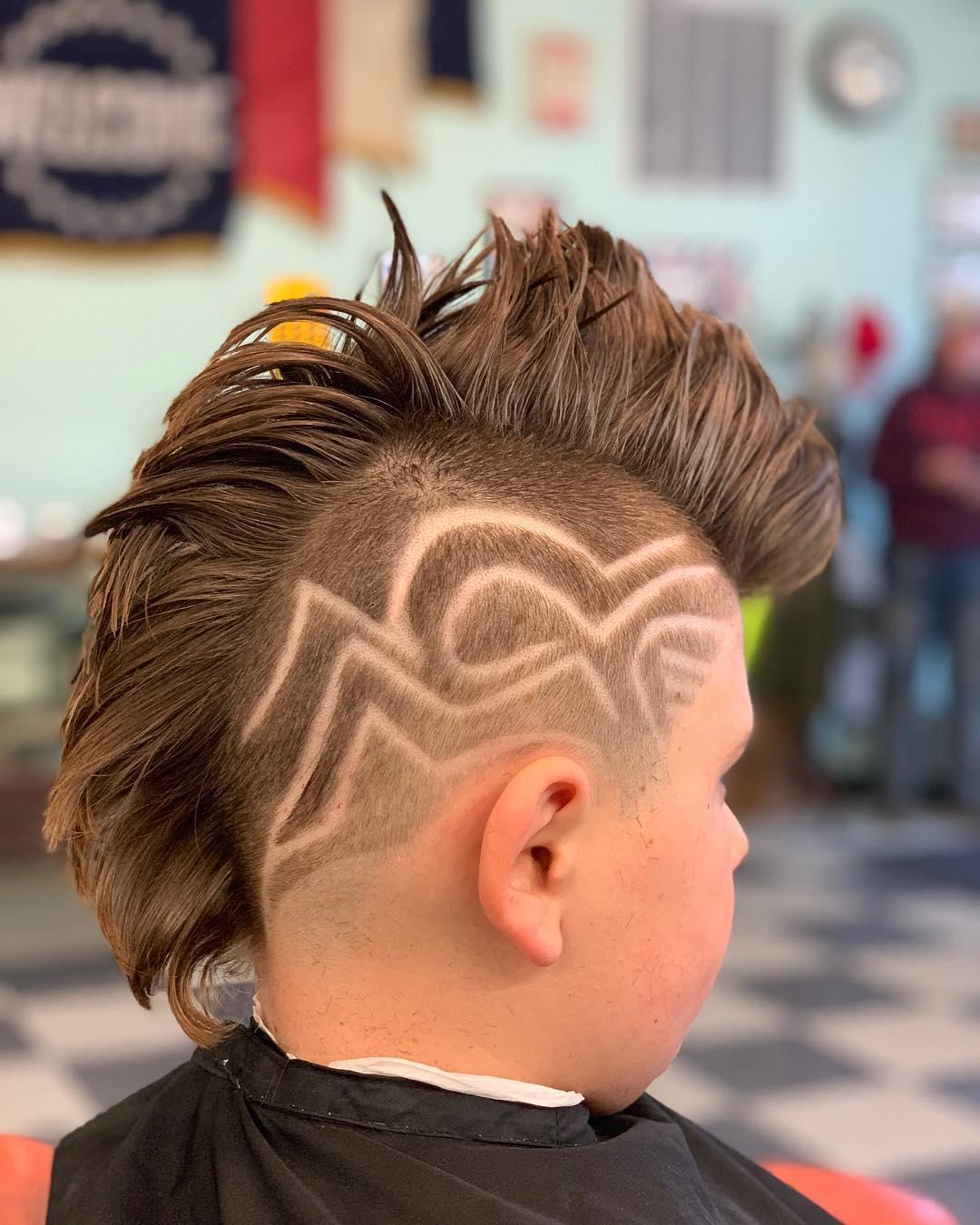 corte de pelo cresta con diceño a los lados