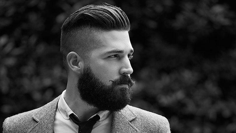 corte de pelo semi mohicano con barba larga