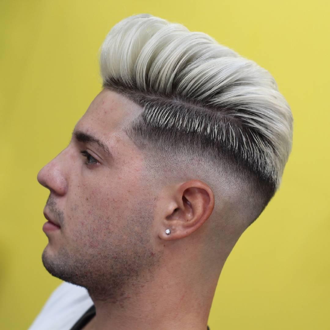 pelo gris en hombre joven