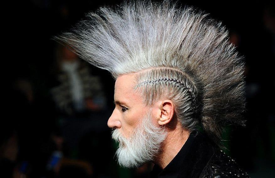 corte y peinado Mohawk o cresta Punk en hombre adulto color blanco con barba