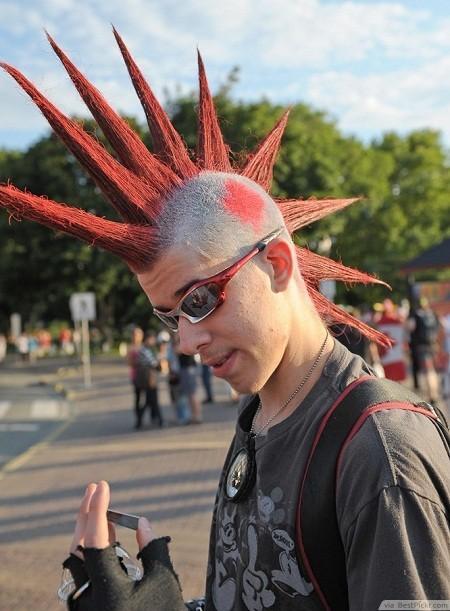 hombre con Mohawk o cresta rockera