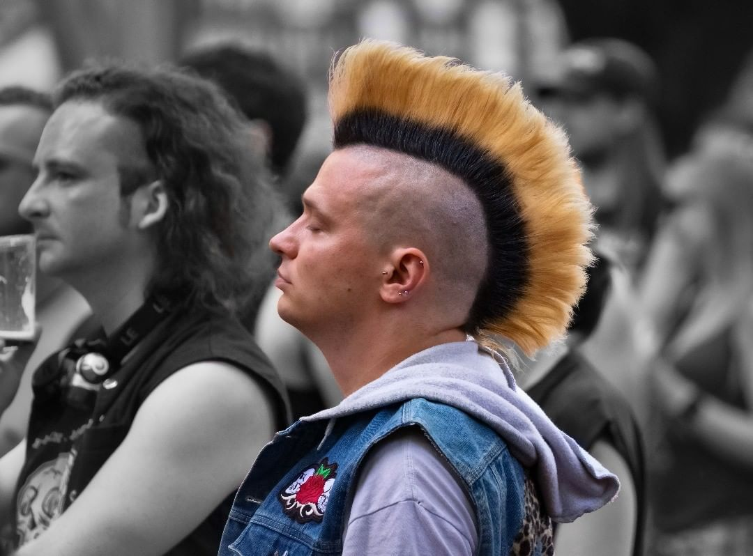 hombre con cresta perfecta rockero