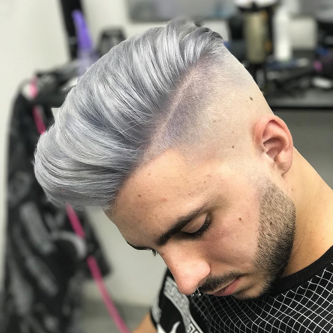 hombre con color gris en el pelo y barba fina