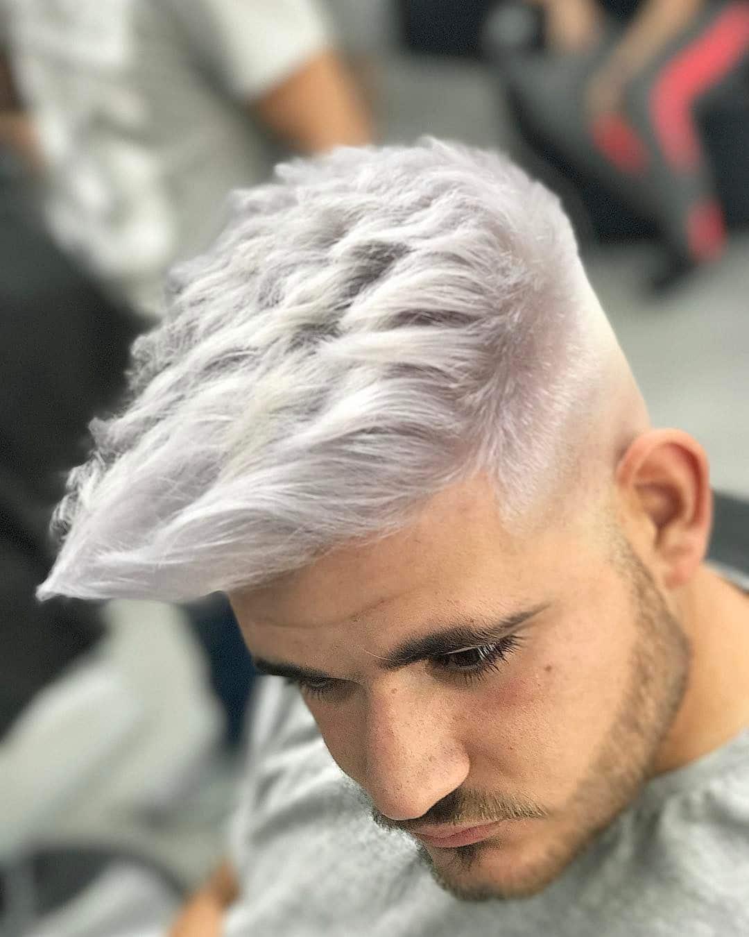 moda hombre pelo blanco plateado