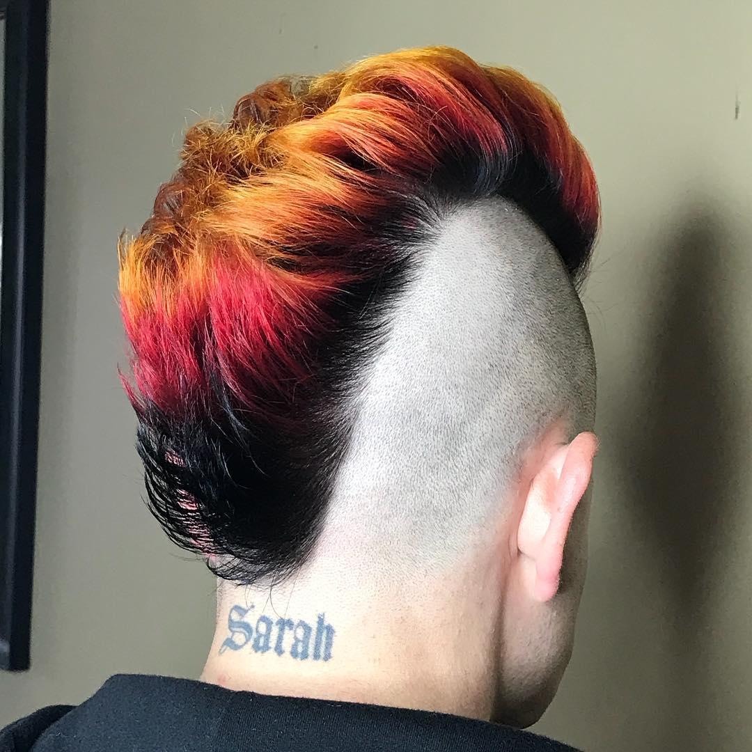hombre rockero con cresta de varios colores y rapado a los lados