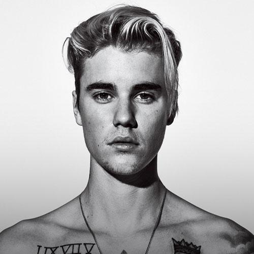 justin bieber foto en blanco y negro con pelo largo hacia un lado