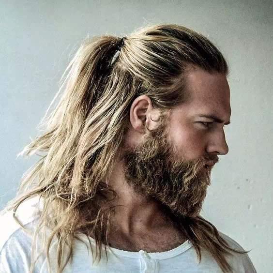 Barba Espartana en hombre con pelo largo