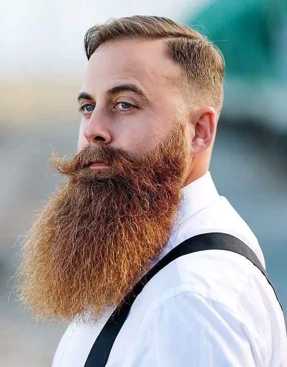 Barba Grande en hombre con bigote