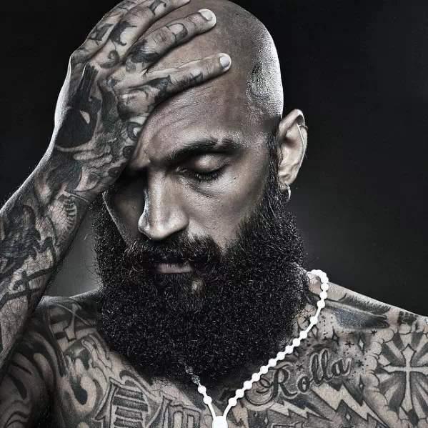 Barba Larga en hombre con barba rizada y tupida