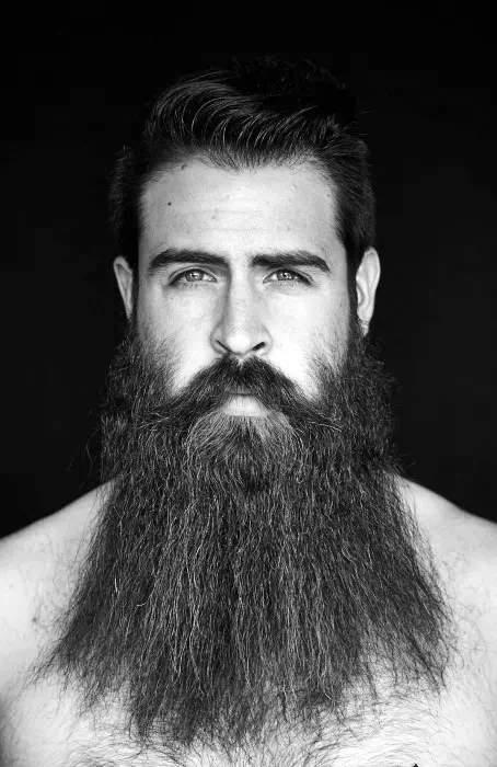 Barba bien desarreglada en hombre con bigote