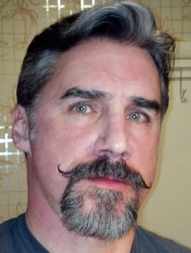 Barba de candado con bigote en hombre con canas