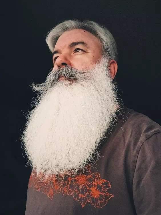 Barba larga Blanca con bigote