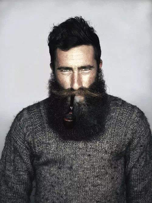 Barba larga a la moda en hombre joven