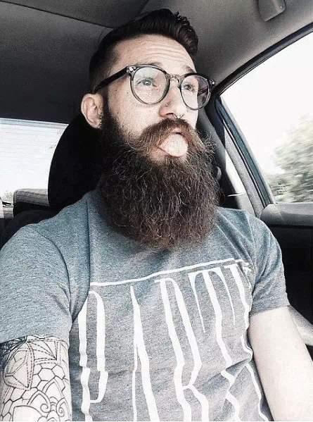 Barba larga en hombre con espejuelos