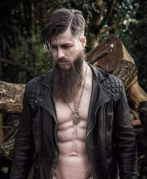 Barba larga en hombre con estilo