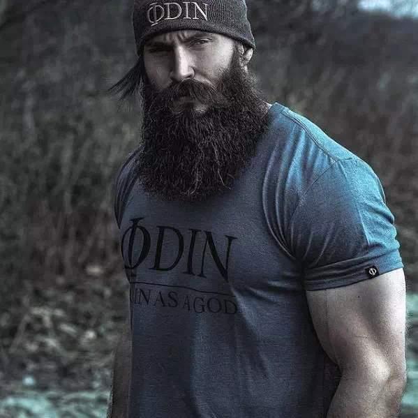 Barba larga en hombre fuerte